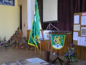 Vlajka a znak v sále kulturního domu
