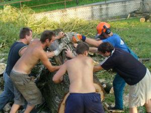 Členové SDH při odstraňování škod